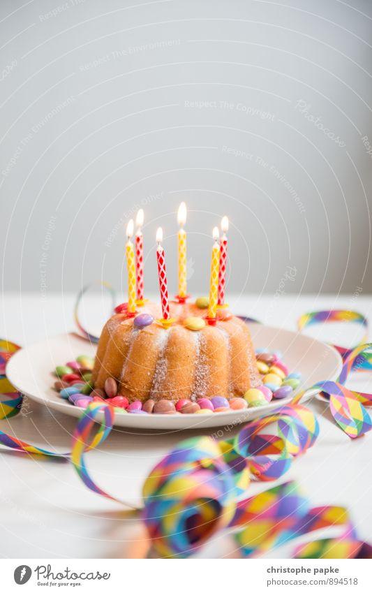 happy birthday Lebensmittel Kuchen Dessert Ernährung Feste & Feiern Geburtstag Kitsch süß Glück Fröhlichkeit Kerze Kerzenflamme Luftschlangen Geburtstagstorte