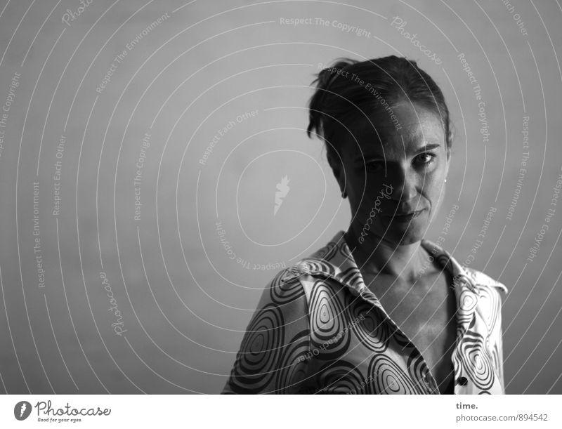 . Mensch ruhig Erwachsene feminin authentisch beobachten Kommunizieren Neugier Gelassenheit Konzentration Wachsamkeit Hemd Erwartung Inspiration Sinnesorgane