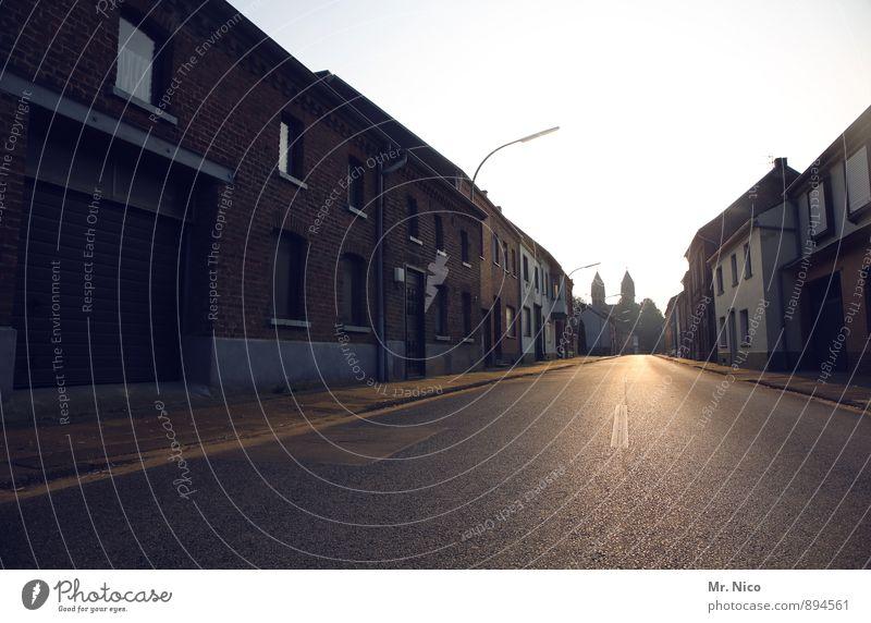 ein leben lang Himmel Kleinstadt Haus Einfamilienhaus Kirche Gebäude Architektur ruhig Dorf Einsamkeit Straße Unbewohnt Heimat Mittelstreifen Toreinfahrt