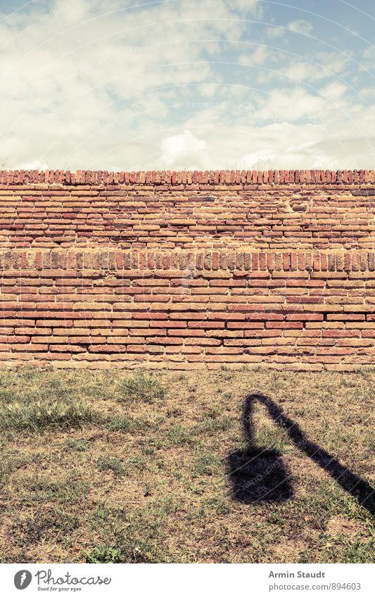 Wiese, Mauer, Himmel, Schatten Sommer ruhig Ferne Wand Freiheit Hintergrundbild Stimmung Erde trist authentisch ästhetisch Schönes Wetter einfach