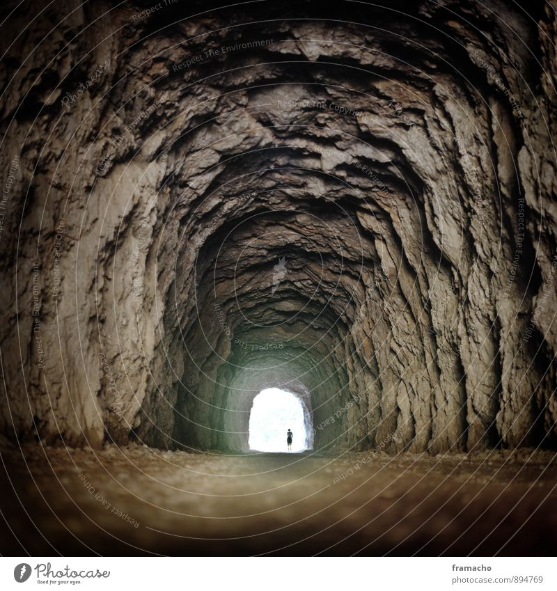 Tunnel Abenteuer Expedition wandern Mensch 1 Natur Urelemente Erde Felsen Höhle Tunnelblick Stein Sand entdecken außergewöhnlich bedrohlich dunkel fantastisch