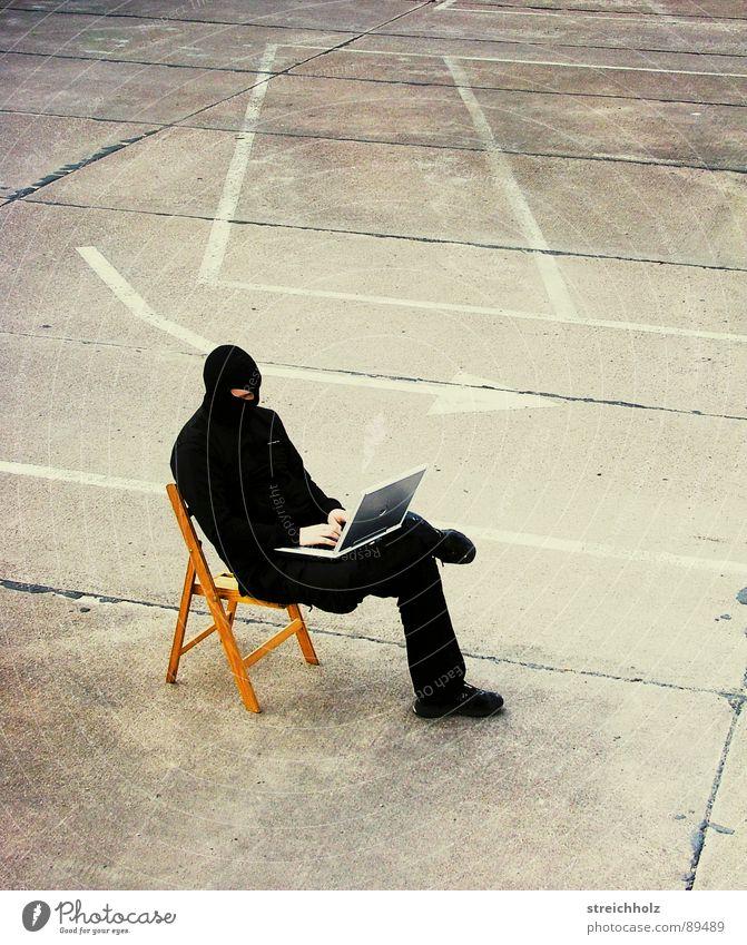 hacken im freien schwarz Straße Freiheit Computer Angst Suche Sicherheit Aktion Kommunizieren Stuhl Informationstechnologie Gewalt Notebook skurril kämpfen Panik
