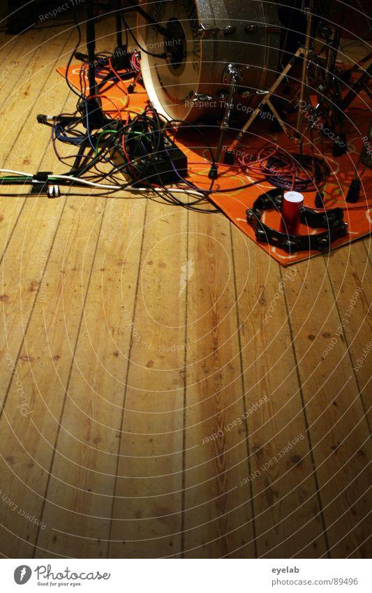 Es gibt Musiker und Schlagzeuger Metall Kabel Kommunizieren Show Fell Schnur Konzert Stahl Bühne silber Holzbrett Mikrofon Griff Teppich laut