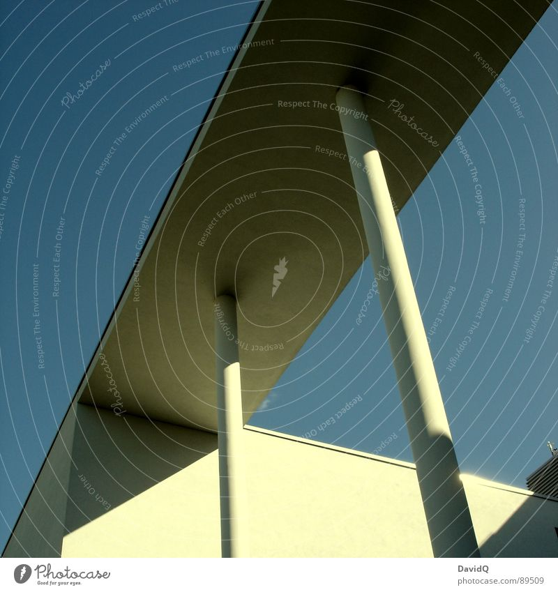 Ordentlich Beton und Sonnenschein Ecke Linearität kalt Moderne Architektur modern Säule Himmel Schatten blau eckig Linie