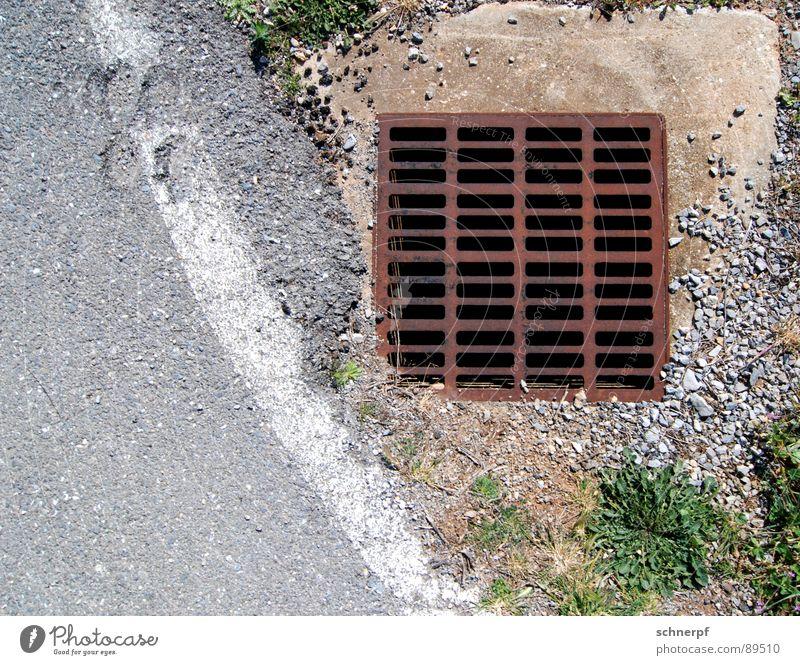 Ein Gulli Gully Eisen Wegrand Abfluss Kanalisation Rost Verkehrswege Erde Sand Detailaufnahme Straße Stein Wassereinlauf Abwasserkanal