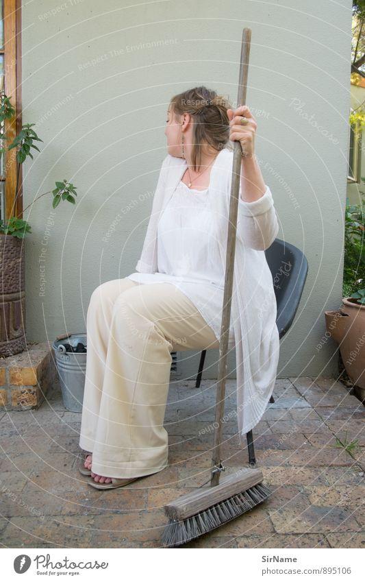 283 [Putzfee] Häusliches Leben Garten Stuhl Feierabend Besen feminin Frau Erwachsene 1 Mensch 30-45 Jahre Sommer Schönes Wetter Grünpflanze Haus Mauer Wand