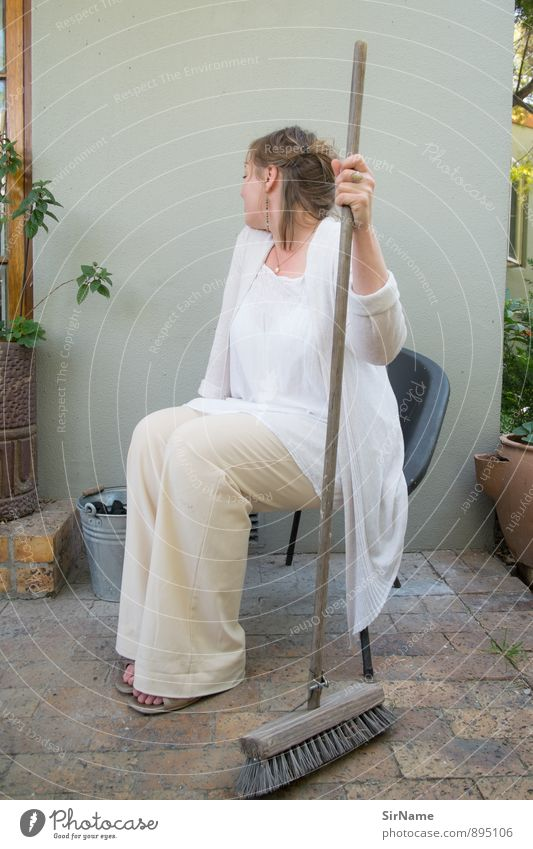 283 [Putzfee] Mensch Frau Sommer Haus Erwachsene Wärme Wand Bewegung feminin Mauer Garten Häusliches Leben sitzen Schönes Wetter Sauberkeit Reinigen