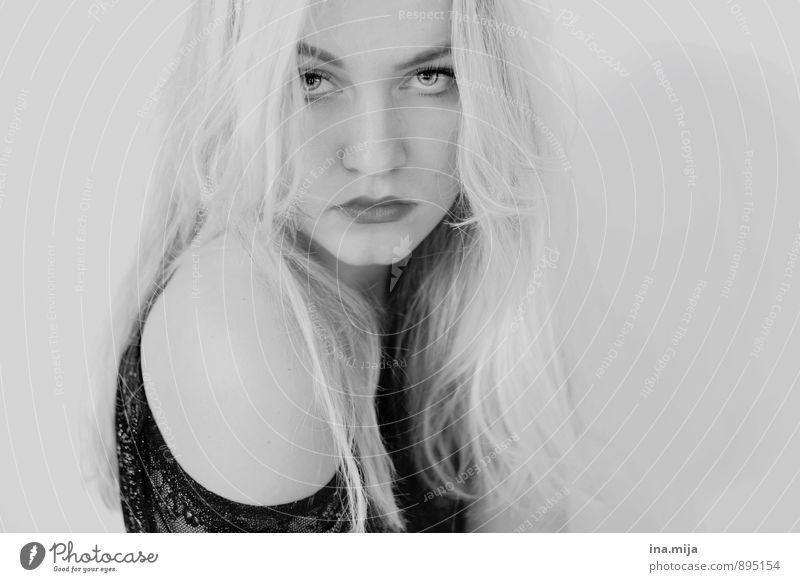 introvertiert Mensch feminin Gesicht 1 blond weißhaarig langhaarig schön einzigartig Gefühle Stimmung Tugend Unlust Enttäuschung Einsamkeit Scham Hemmung
