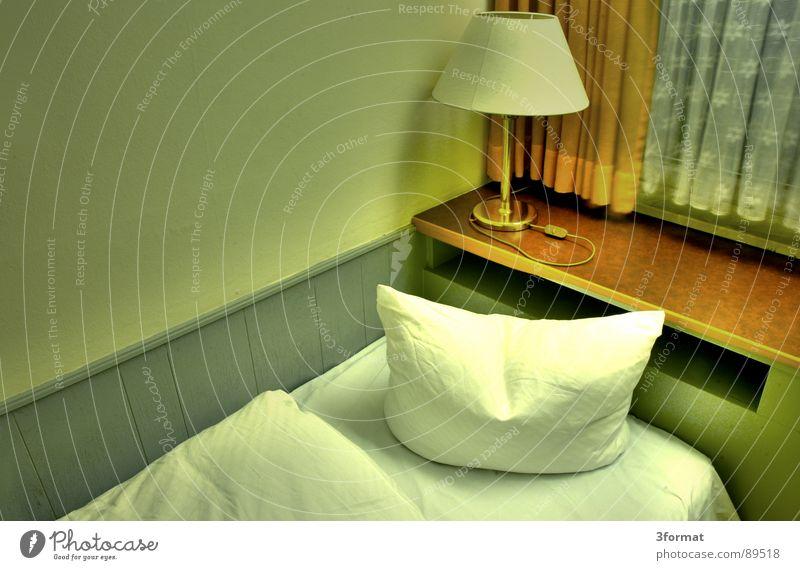 traurige nacht02 Hotel Nacht schlafen Hotelzimmer Bett Fenster Vorhang Raum Polster Möbel Bettwäsche Einsamkeit verloren Trauer Verzweiflung trist grau Trennung