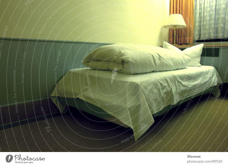 traurige nacht03 Hotel Nacht schlafen Hotelzimmer Bett Fenster Vorhang Raum Polster Möbel Bettwäsche Einsamkeit verloren Trauer Verzweiflung trist grau Trennung