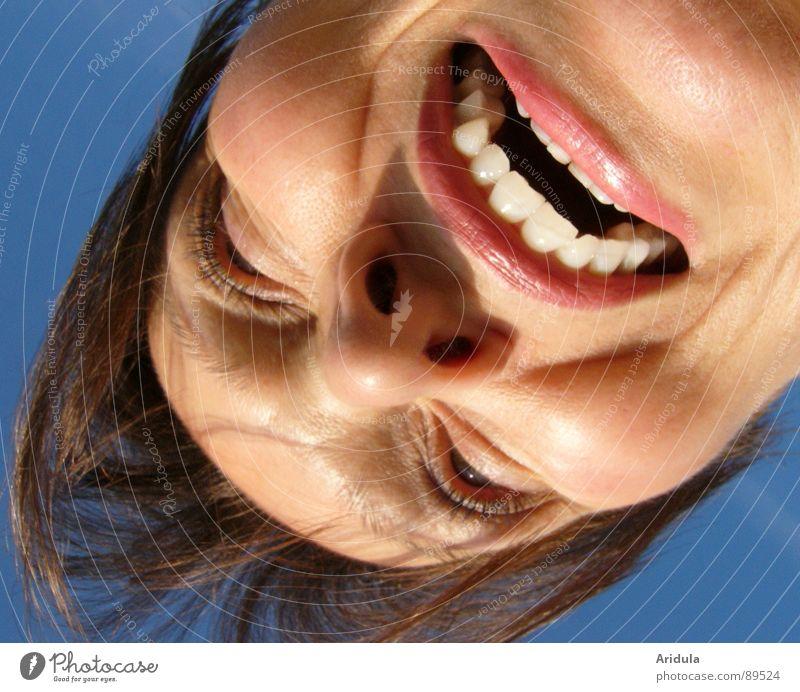vvVVVVvv Frau Himmel blau Gesicht Mund Angst gefährlich Zähne bedrohlich Panik Grimasse beißen Vampir
