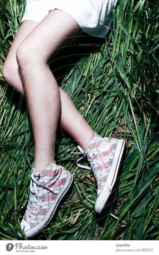 legs Chucks Mädchen Frau Wiese grün Minirock Beine skirt Mode