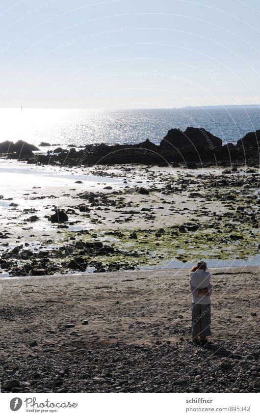 Weite umarmen Mensch Paar Partner 2 Natur Landschaft Wolkenloser Himmel Schönes Wetter Felsen Küste Strand Bucht Nordsee Meer Umarmen Gefühle Stimmung