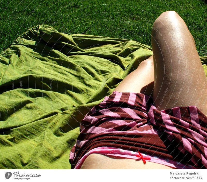 sonnenbad Sommer Wiese Frühling Gras grün Sonne Wetter Beine Bauch Decke