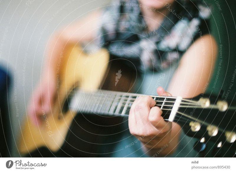 Acoustic session Freizeit & Hobby Mensch feminin Junge Frau Jugendliche Hand 1 18-30 Jahre Erwachsene Musik Musiker Gitarre Gefühle Stimmung musizieren Farbfoto