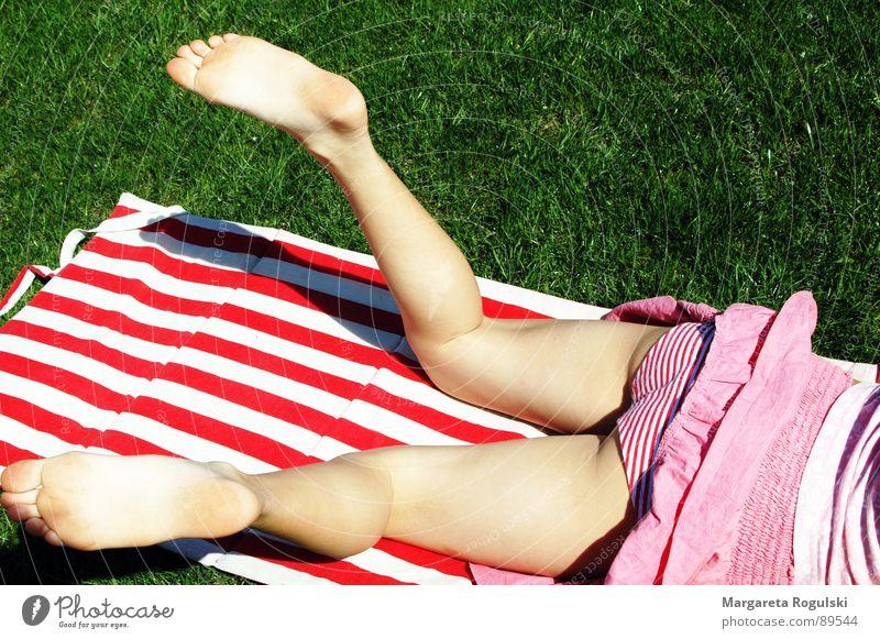 chill out Sommer Unterhose Badematte Gras Frühling gestreift Mädchen Beine Fuß