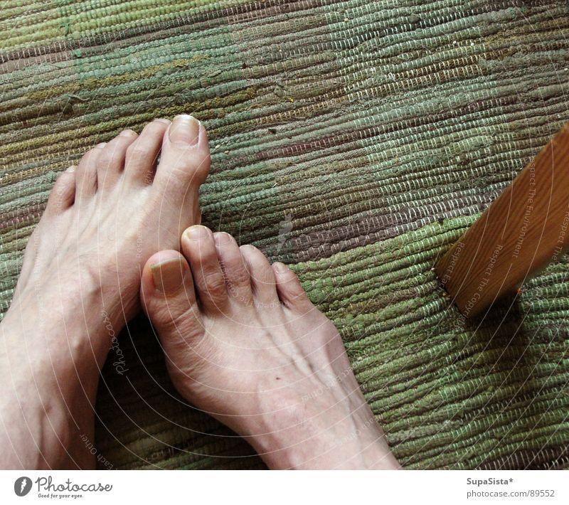 warten, dass die Dusche frei wird Fuß Haut Zehen Teppich
