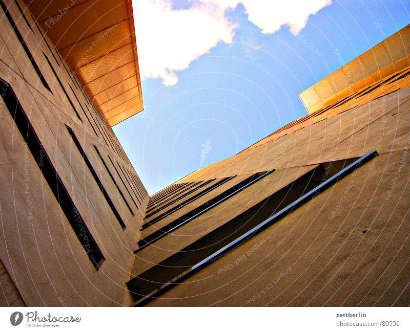 Protestfoto Haus steil Fassade Froschperspektive Fenster Mieter Vermieter Stadthaus Fensterbrett Bordell Schulden Haushaltsloch Fenstersims Waschhaus