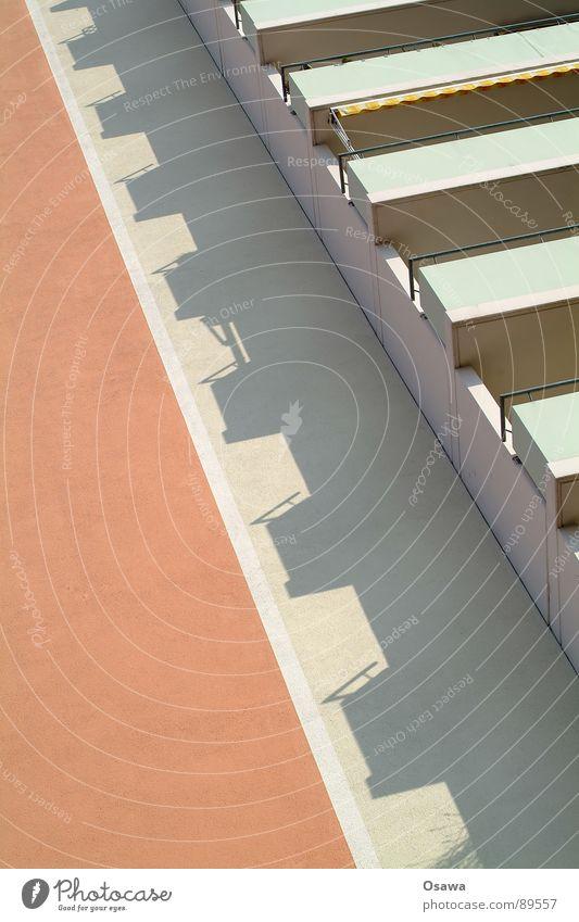 Sozialstaat Balkonien Haus Hochhaus Gebäude Fassade Geländer Plattenbau rosa Schatten Detailaufnahme apricot Wohngebäude DDR Neigung Architektur