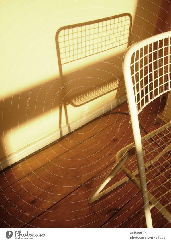 Stuhl Möbel Ambiente Schatten Schattenspiel Wand Mauer Wohnung Altbau Mieter Vermieter Feierabend Wohnzimmer Campingstuhl ikea Häusliches Leben