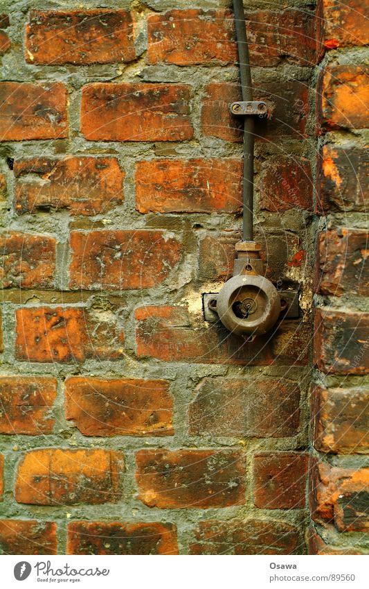 Lichtschalter Wand Mauer Backstein Kabel Schalter kaputt vergangen verfallen Detailaufnahme aus Ende Architektur