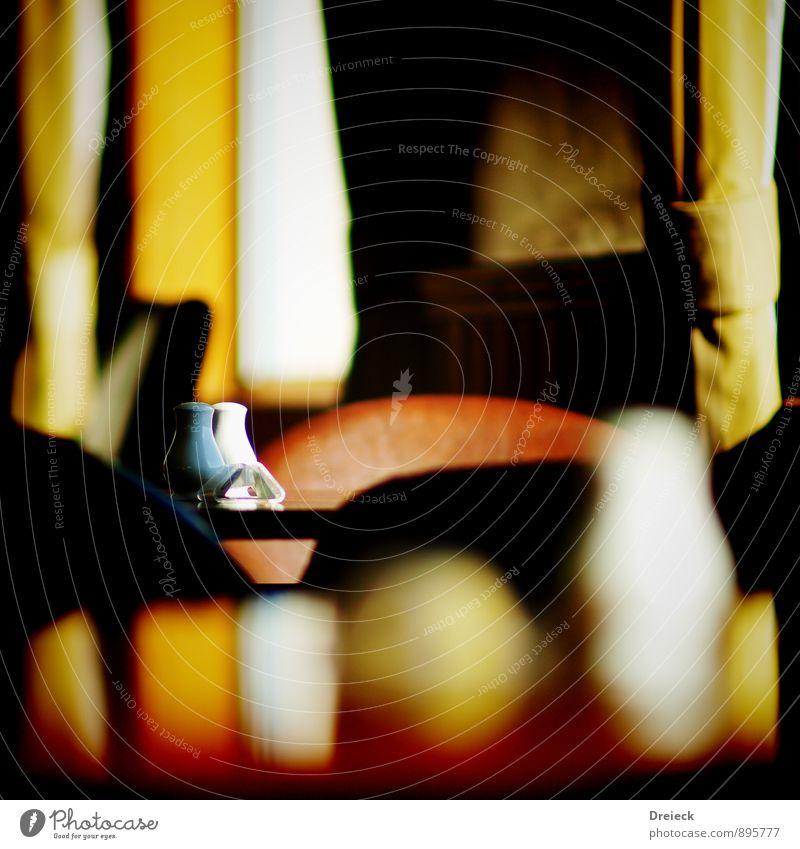 Salz & Pfeffer Kräuter & Gewürze Ernährung Salzstreuer Pfefferstreuer Tisch Stuhl Gardine Vorhang Essen sitzen Wärme braun gelb gold orange schwarz weiß