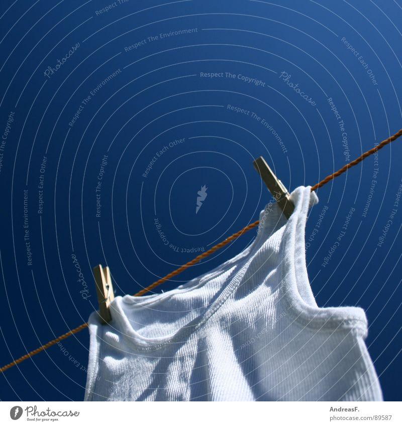 weißer riese Wäsche trocknen Wäscheleine Waschtag Waschmaschine Wäscheklammern Klammer Unterhemd Hemd Feinripp Unterwäsche Sauberkeit Sommer Physik Bekleidung