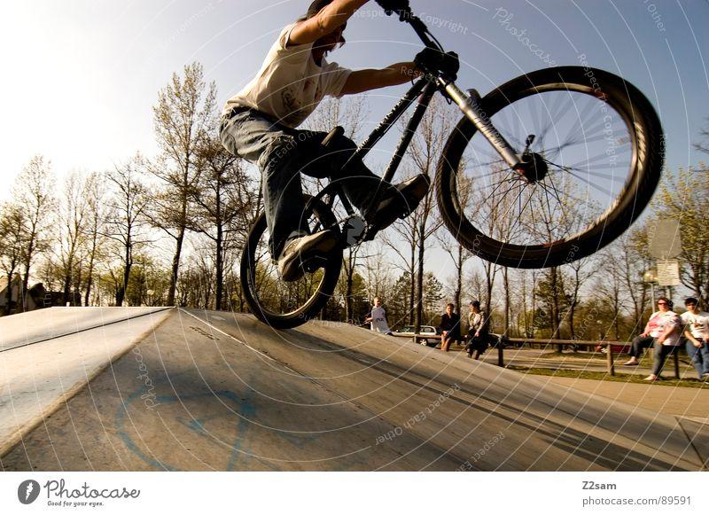 bike_manual II Jugendliche Himmel Baum Sonne Sommer Sport springen Stil Park Wärme Zufriedenheit Fahrrad hoch Aktion modern gefährlich