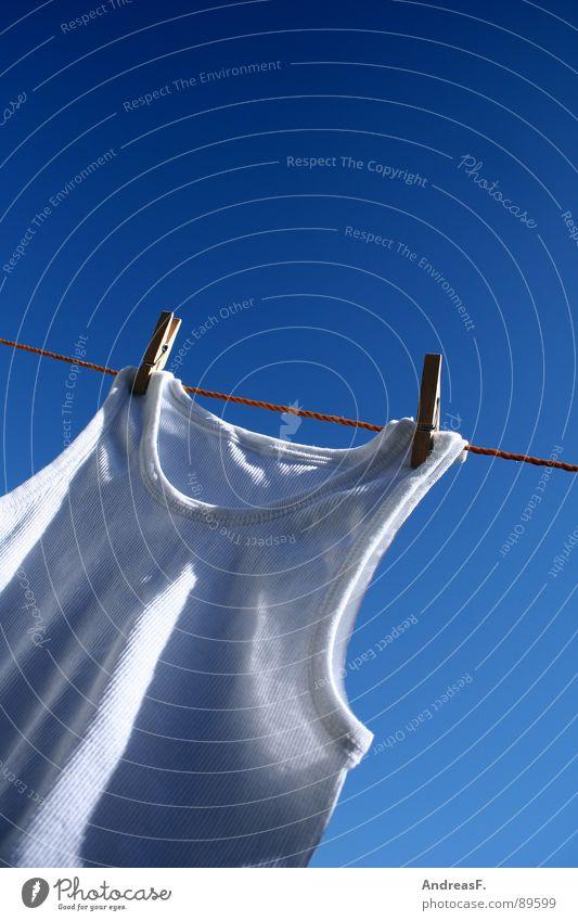 weißer Riese II Wäsche trocknen Wäscheleine Waschtag Waschmaschine Wäscheklammern Klammer Unterhemd Hemd Feinripp Unterwäsche Sauberkeit Sommer Physik Haushalt