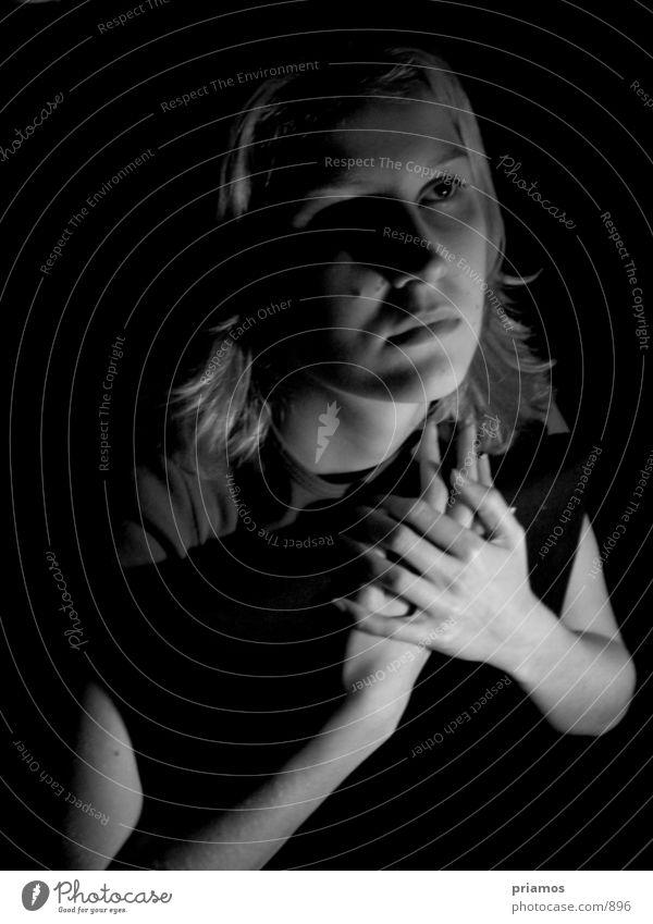 Unschuld Frau verträumt Hand Mensch Potrait Schwarzweißfoto nah Gesicht Blick
