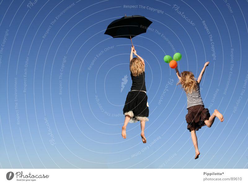 Lucys in the sky abgehoben Luft leicht Leichtigkeit Schweben Frau Gefühle Leben Mädchen Sommer Frühling Flucht Bewegung Wunschwelt offen Windböe Freiheit