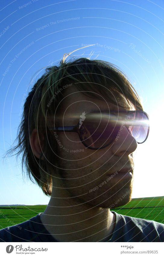 k.e.w.l. Selbstportrait Pornobrille Physik Mann Sonnenbrille Brille Körperhaltung unrasiert Gegenlicht Freude self Coolness Wärme boy Himmel Dreitagebart