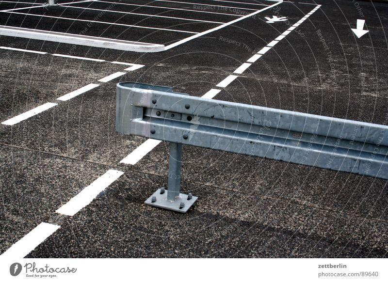 Parkplatz Straße Linie gehen Schilder & Markierungen Verkehr geschlossen Ordnung leer Information Asphalt Pfeil Grenze Hinweisschild Bürgersteig
