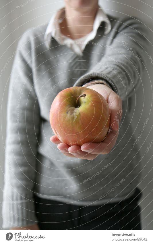 ¿Una manzana? geben anbieten schenken Geschenk Hand Pullover Wollpullover Hemd rot grün Vitamin Frucht Apfel Gesundheit Essen
