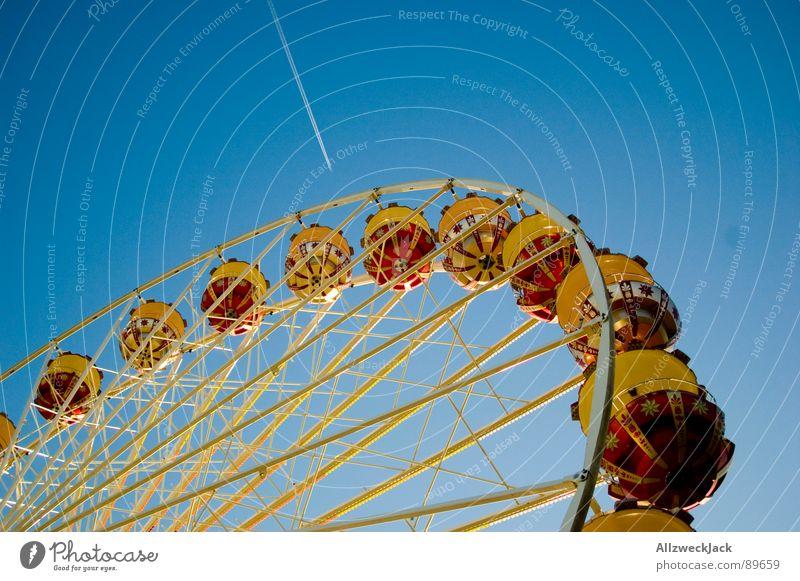 Im Himmel is Jahrmarkt Himmel blau Freude Metall Flugzeug hoch Kreis rund Niveau Freizeit & Hobby Kindheit Dienstleistungsgewerbe Jahrmarkt Eisen Riesenrad streben