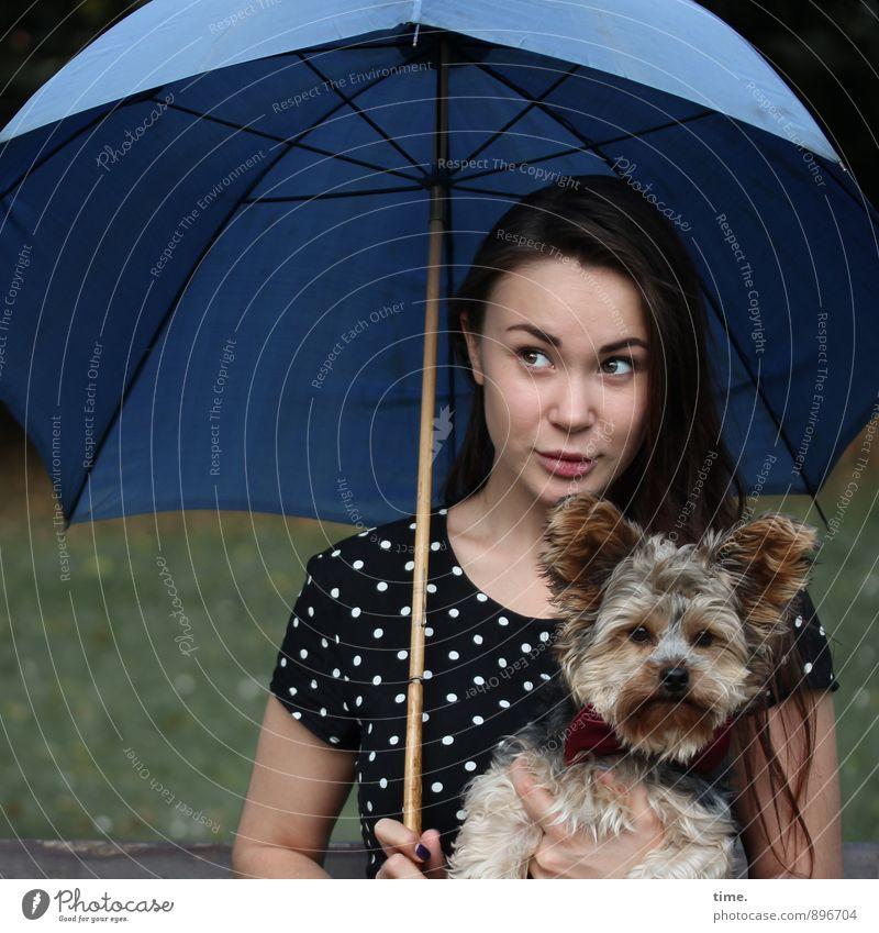 . feminin 1 Mensch 18-30 Jahre Jugendliche Erwachsene Kleid Regenschirm brünett langhaarig Tier Haustier Hund beobachten Blick sitzen Freude Tierliebe