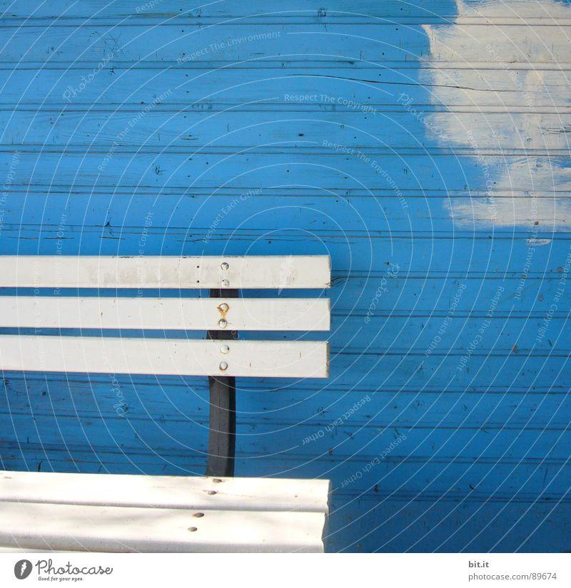 ein schöner fleck auf erden... weiß Linie Renovieren Bildausschnitt Anschnitt Sanieren Farbfleck Holzwand Anstrich Holzbank kobaltblau