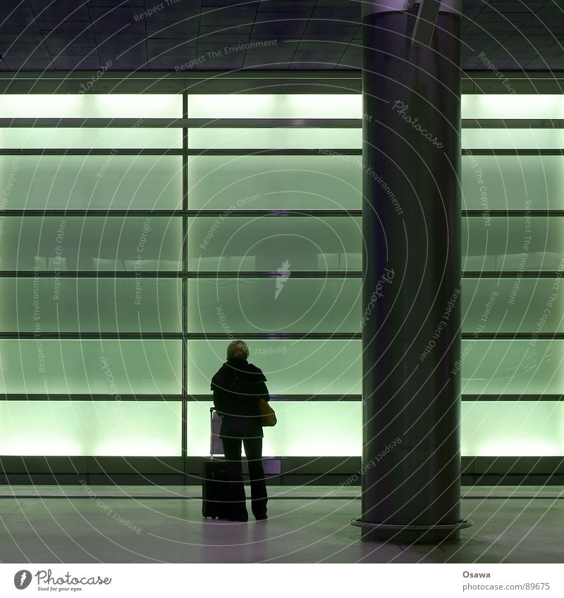 die Bahn kommt... Frau Mensch Ferien & Urlaub & Reisen Raum warten Glas Eisenbahn stehen Streifen Bahnhof Koffer Säule Tourist Pfosten