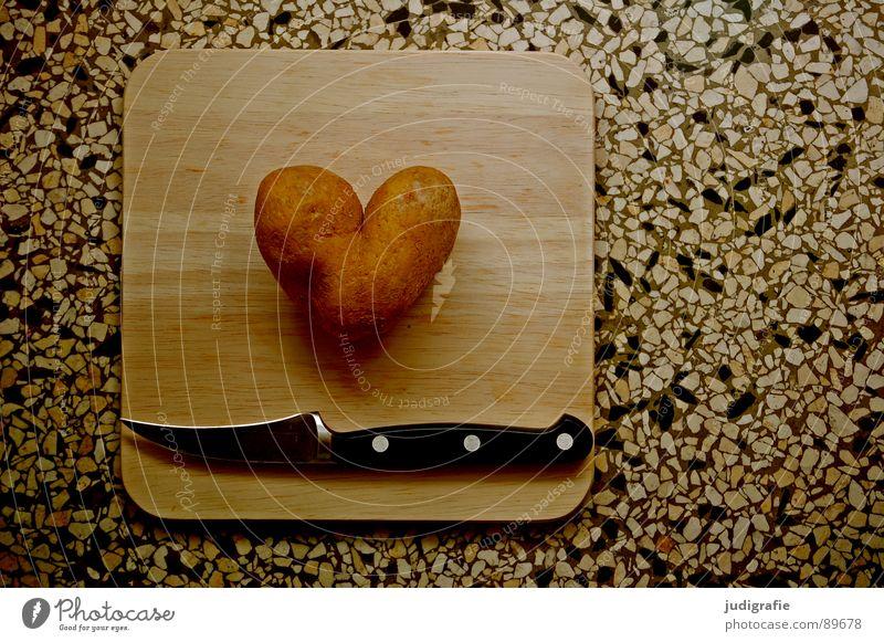 Herzschmerz Liebe Ernährung dunkel Herz Lebensmittel Kochen & Garen & Backen Küche Ende Kitsch obskur Schneidebrett Messer Liebeskummer geschnitten Kartoffeln häuten
