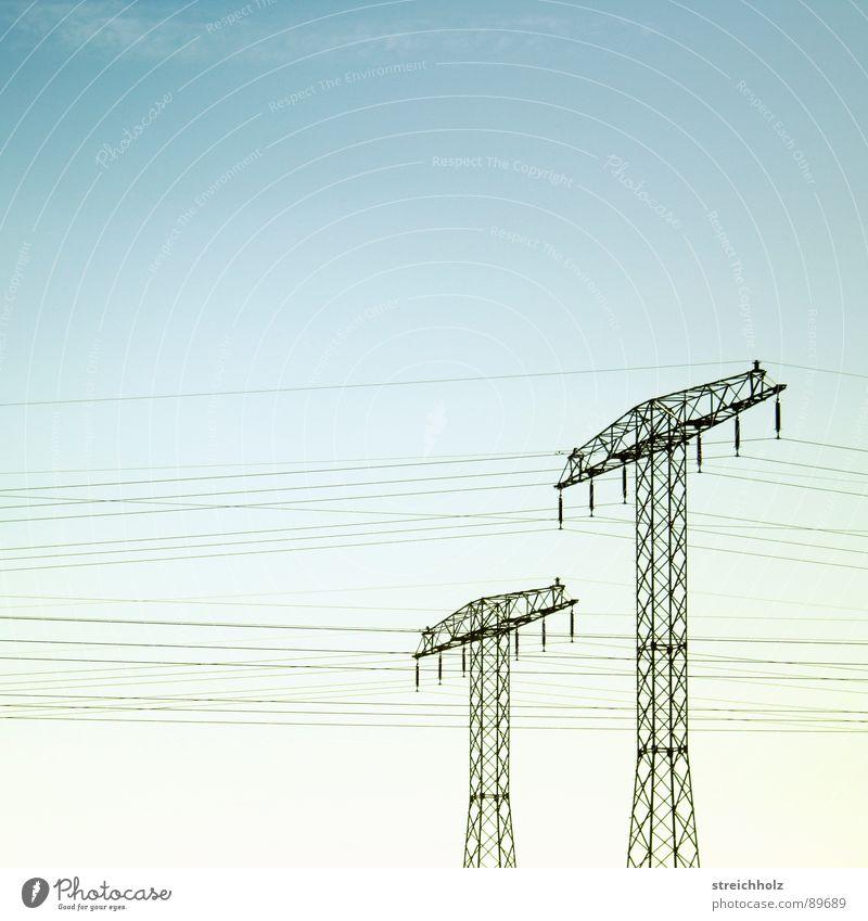 Fernstrom grün Ferne Wiese Gras Industrie Hoffnung Energiewirtschaft Rasen Stahl Strommast Optimismus breit Größe resignieren Waldwiese Reichweite
