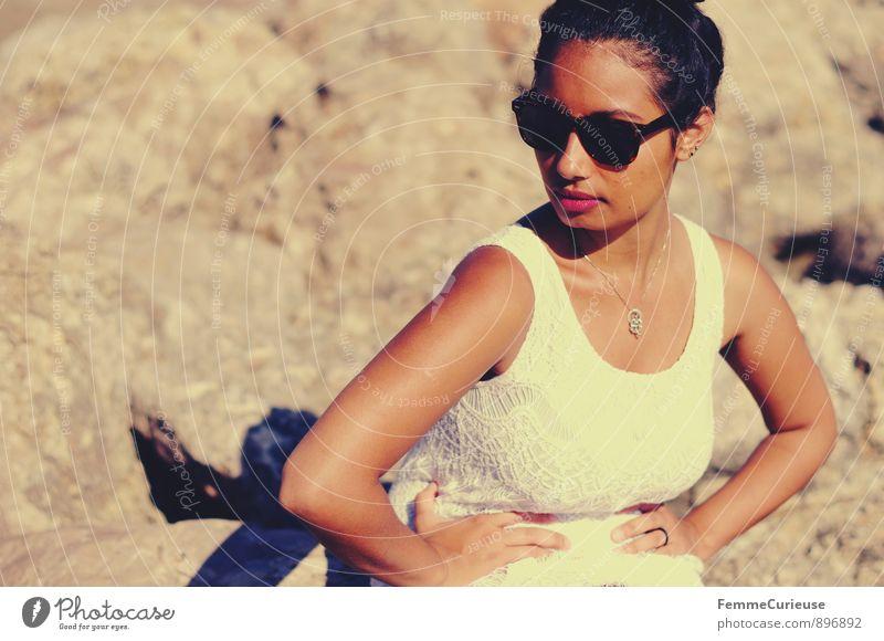 Mademoiselle_10 feminin Junge Frau Jugendliche Erwachsene Mensch 18-30 Jahre geheimnisvoll Sommerkleid Accessoire Mode Felsen Küste Sonnenstrahlen Körperhaltung