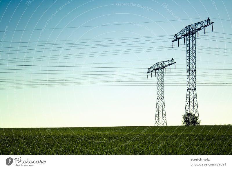 Fernstrom 2 grün Ferne Wiese Gras Industrie Hoffnung Energiewirtschaft Rasen Stahl Strommast Optimismus breit Größe resignieren Waldwiese Reichweite