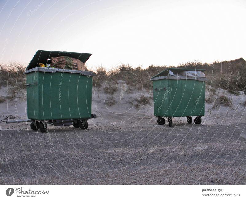 Müll am Strand Himmel grün Ferien & Urlaub & Reisen Sonne Sommer Strand Erholung Gras Sand Küste hell 2 dreckig Europa Vergänglichkeit weich