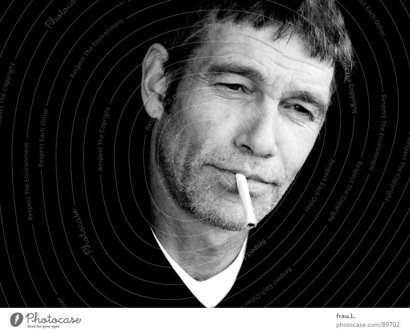 lässig Mensch Mann Gesicht Arbeit & Erwerbstätigkeit maskulin T-Shirt Falte Zigarette Pullover lässig Porträt skeptisch typisch 50 plus