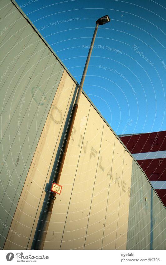 Cornflakes Maismehl Gebäude Haus Lagerhalle Wellblech Blech Stahl grau weiß beige rot Laterne Lampe Straßenbeleuchtung Sommer Arbeit & Erwerbstätigkeit Müsli
