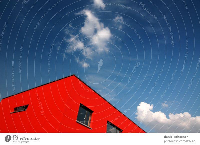 schönes Wetter Dach Haus ökologisch abstrakt zyan rot Energie sparen Fassade Stadtteil Fenster Wolken Hintergrundbild Himmel blau Freiburg im Breisgau modern