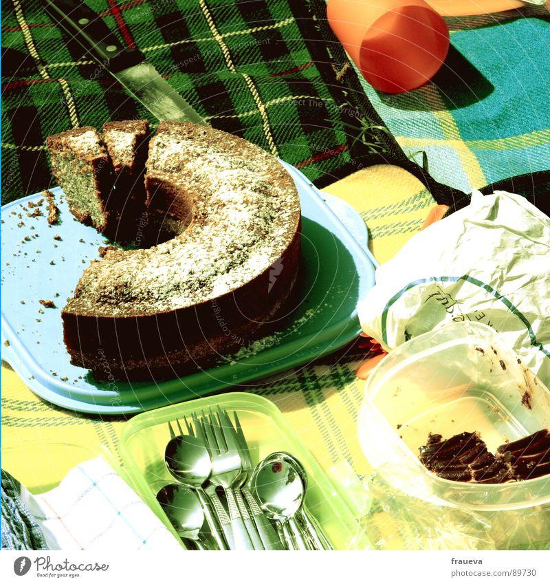 noch jemand kuchen? Picknick Tupperware kariert grün gelb Mahlzeit Sommer retro Siebziger Jahre Brot aufgeschnitten Kuchen Plastikdose Löffel Besteck Backwaren