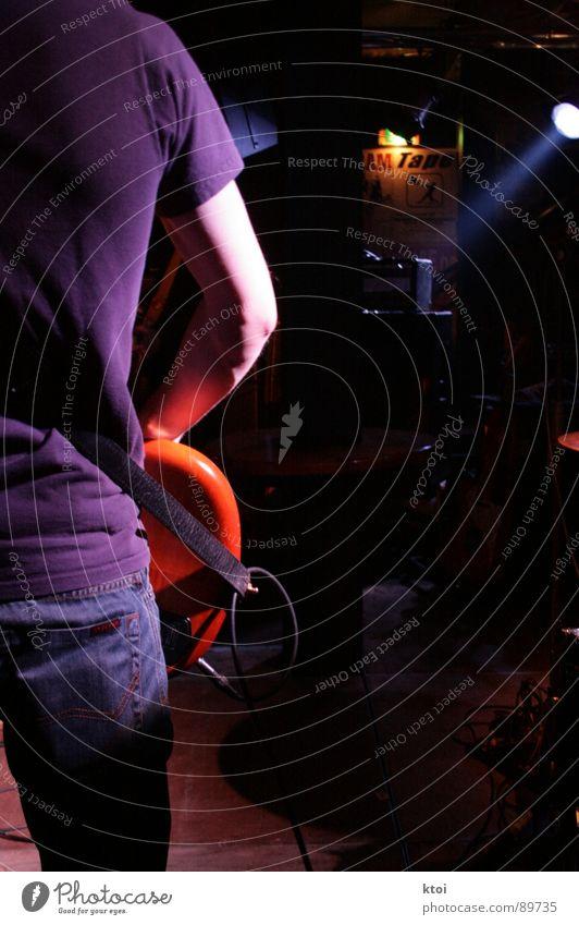 backstage ruhig Musik T-Shirt Kabel Bar zart geheimnisvoll Sturm Konzert Rauch Schnur Rockmusik Gitarre Bühne Alkohol unheimlich
