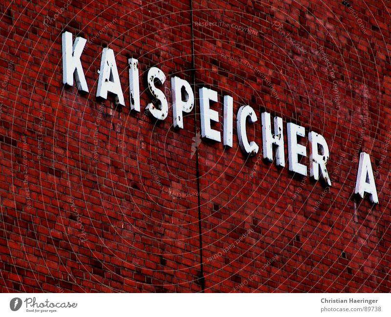 Kaispeicher A Hafencity Typographie Buchstaben Mauer rot Backstein Detailaufnahme Hamburg Elbe orange Dachboden Elbphilharmonie