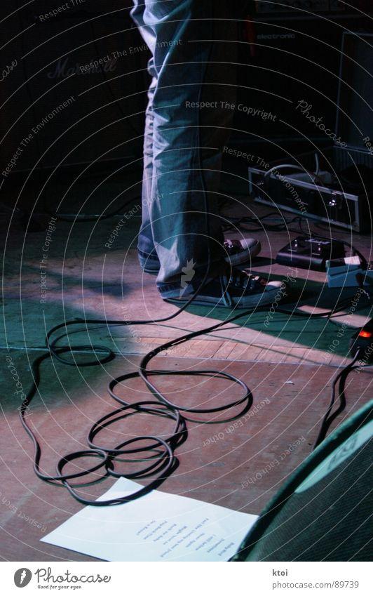 roadie @ work ruhig Musik T-Shirt Kabel Bar zart geheimnisvoll Sturm Konzert Rauch Schnur Rockmusik Gitarre Bühne Alkohol Anordnung